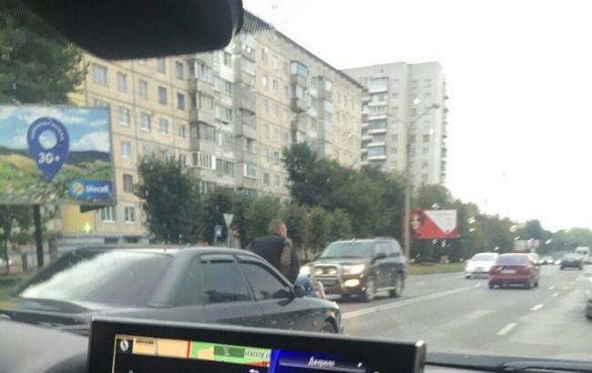 Фото: Мужчина верхом на авто (0352.ua)