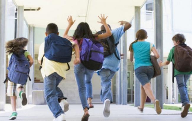 Фото: Активные дети обычно не сидят спокойно на перемене (prouchebu.com)