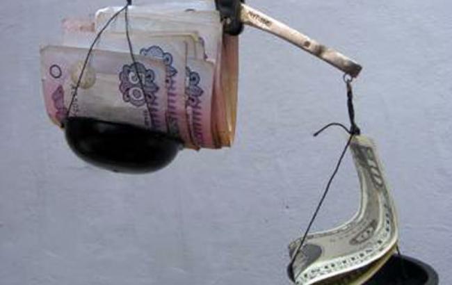 На падіння курсу гривні вплинули націоналізація ПриватБанку і витрати держбюджету, - експерти