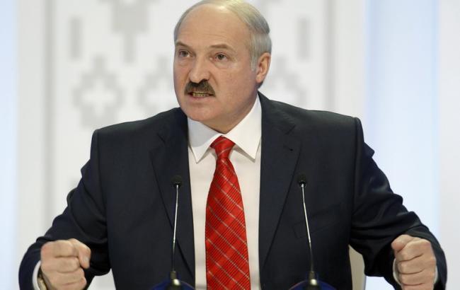 Фото: Лукашенко погрожує Мєдвєдєву