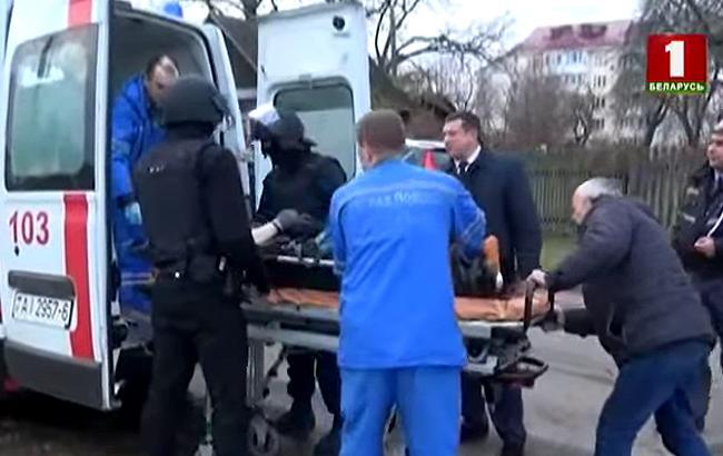 В Беларуси мужчина час держал в заложниках кассиров и клиентов банка