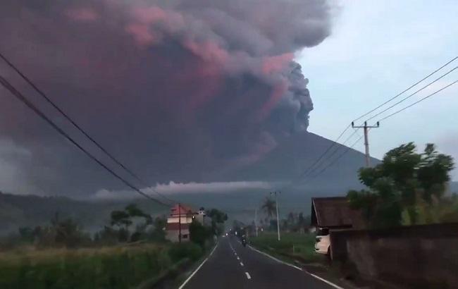 Фото: извержение вулкана Агунг на Бали (скриншот с видео Matt Ooley / twitter)