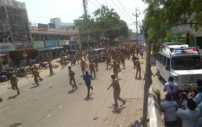 В Индии полиция застрелила 12 демонстрантов