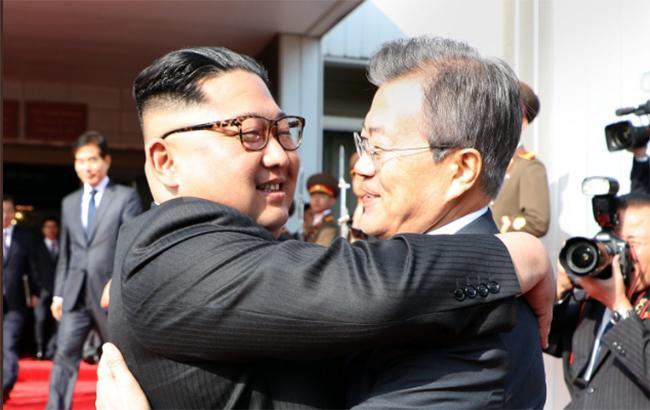 Лідери Північної та Південної Кореї зустрілись у демілітаризованій зоні