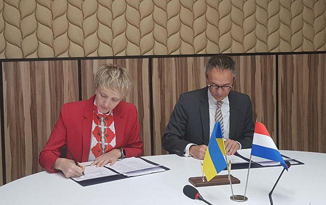 Фото: підписання заяви (minagro.gov.ua)