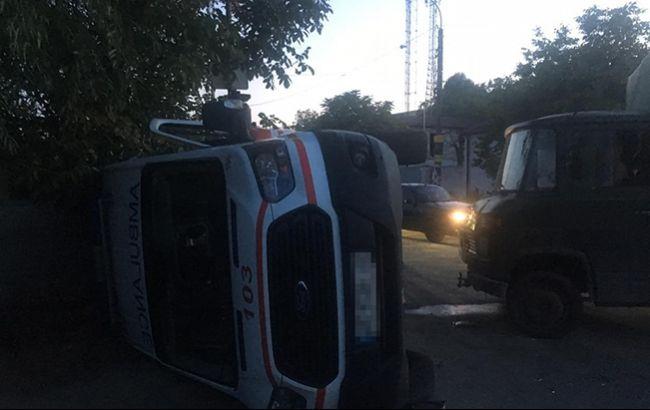 """В Днепре грузовик столкнулся со """"скорой"""", есть пострадавшие"""