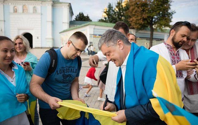 Петр Порошенко присоединился к флешмобу в честь Дня флага: фото и видео