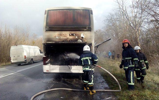 На трассе Киев-Чоп загорелся туристический автобус