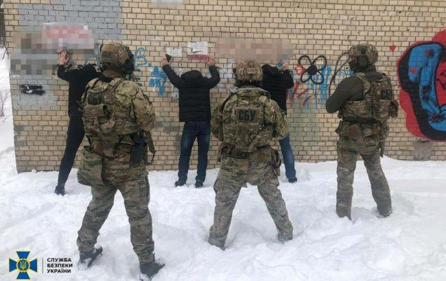 """""""Отсиживались"""" в Украине: СБУ задержала боевиков ИГИЛ со взрывчаткой и боеприпасами"""