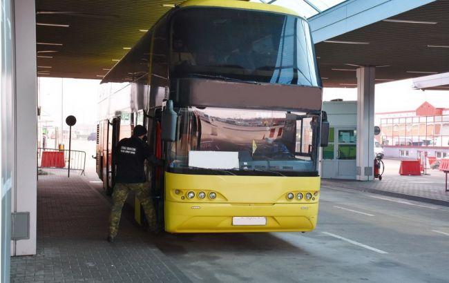 Польща на кордоні розвернула автобус з українцями. Пасажир заявив про COVID