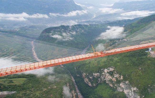 Фото: в Китае построили самый высокий навесной мост вмире