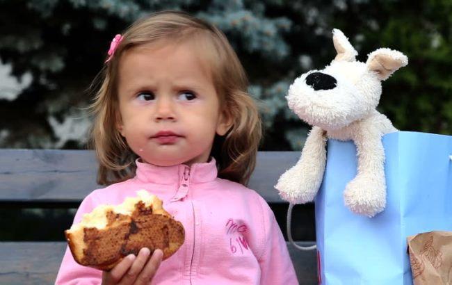 Фото: Внутри булочки мать девочки обнаружила большой осколок стекла (stock-clip.com)