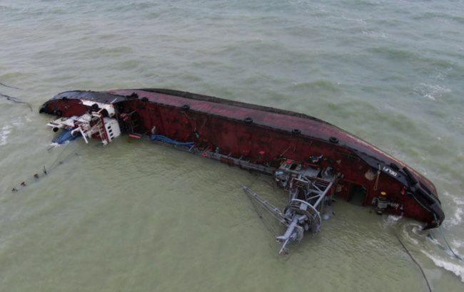 В Одесі виявили забруднення води поблизу затонулого танкера