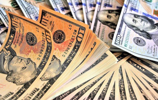 Курс доллара немного вырос после падения до минимума за 1,5 года
