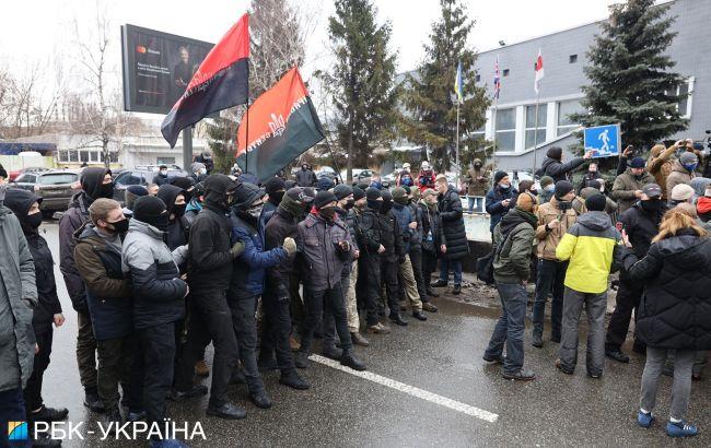 """Протест під телеканалом """"НАШ"""": мітингувальники перекрили вулицю"""