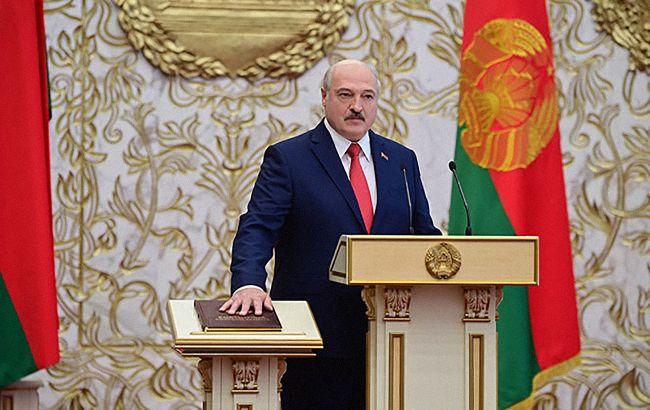 """Лукашенко положил """"красную руку"""" на Конституцию: видео конфуза на инаугурации стало вирусным"""