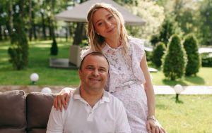 Дружина Віктора Павлика таємно виписалася з пологового будинку і показала перші кадри з сином вдома