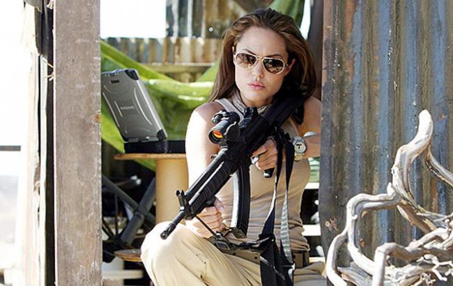 """Фото: Анджеліна Джолі у фільмі """"Містер і місіс Сміт"""" (europaplus.ru)"""