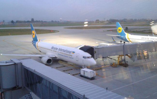 Фото: в аеропорту Львова аварійно приземлився літак МАУ