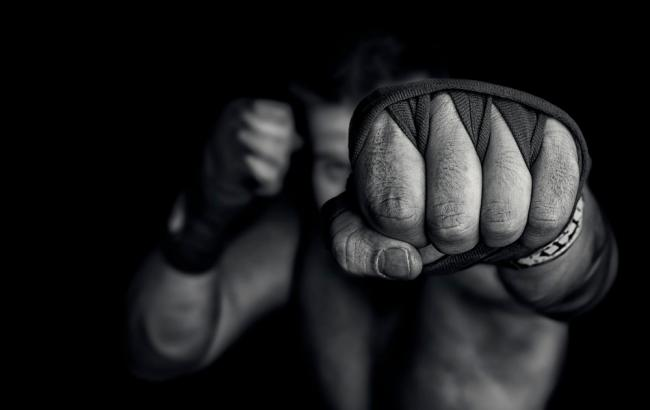 Фото: Мужчина ударил школьника кулаком в лицо (look3.ru)