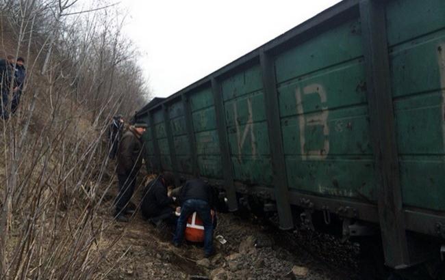 У Львівській області вантажний потяг зійшов з рейок, 2 вагони впали в річку