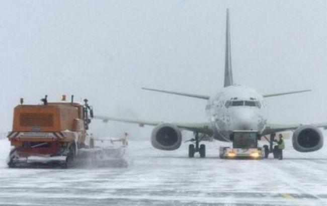Фото: аеропорт засипало снігом