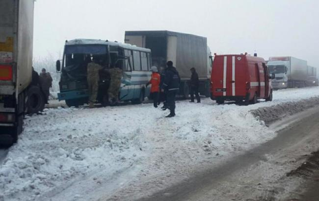Фото: у Житомирській області зіткнулися вантажівка і автобус