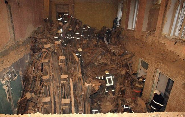 Обвал будинку в Києві: рятувальники дістали з-під завалів тіла двох людей