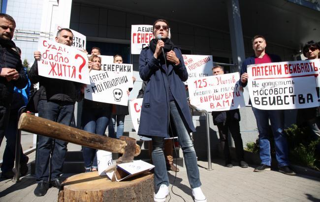 Навіщо під будівлею суду в Києві пацієнти з ВІЛ встановили гільйотину (фоторепортаж)