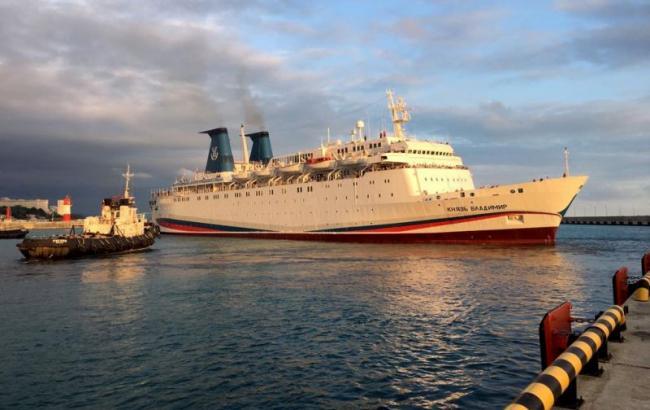 """Двісті пасажирів лайнера, який прибув у Крим, потрапили в базу """"Миротворця"""""""