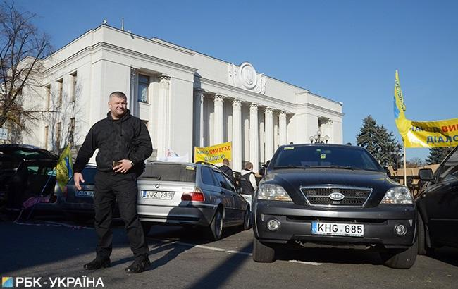 """Власники """"євроблях"""" продовжують протестувати біля Верховної ради"""