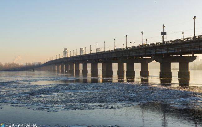 Прорив труби на мосту Патона локалізували. КМДА каже, що це випробувальні роботи