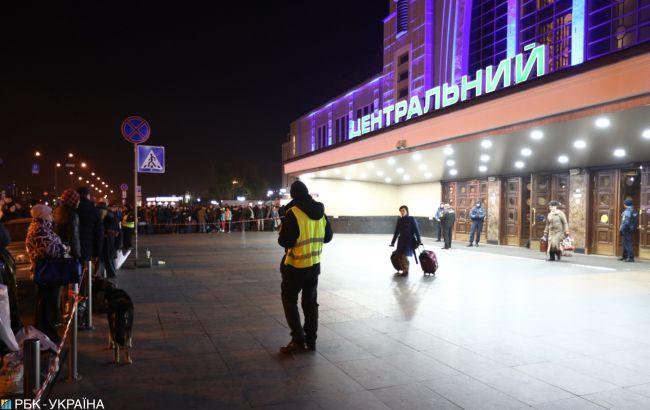 """У Києві """"замінували"""" Центральний вокзал"""