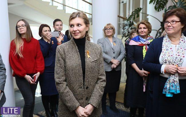 Просто і стильно: Олена Зеленська в незвичайному кежуал-образі відвідала відкриття виставки проти гендерного насильства
