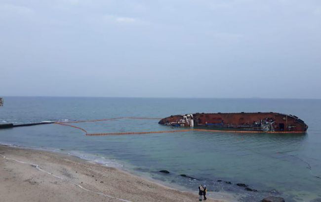 Вокруг танкера в Одессе установили боновые заграждения