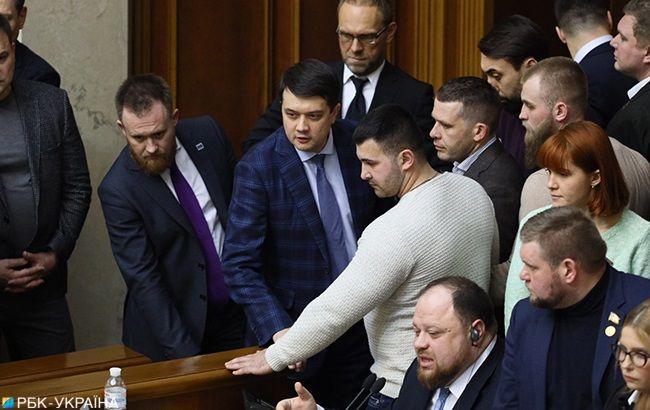 Рада начала рассмотрение земельной реформы, нардепы блокируют трибуну