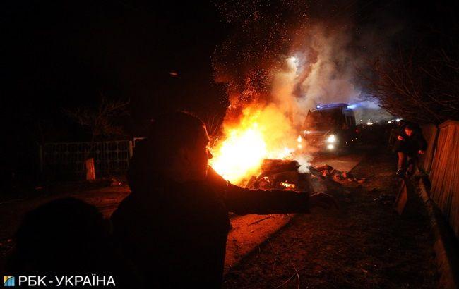 Протести в Нових Санжарах: мітингувальники напали на автобуси, побиті скла