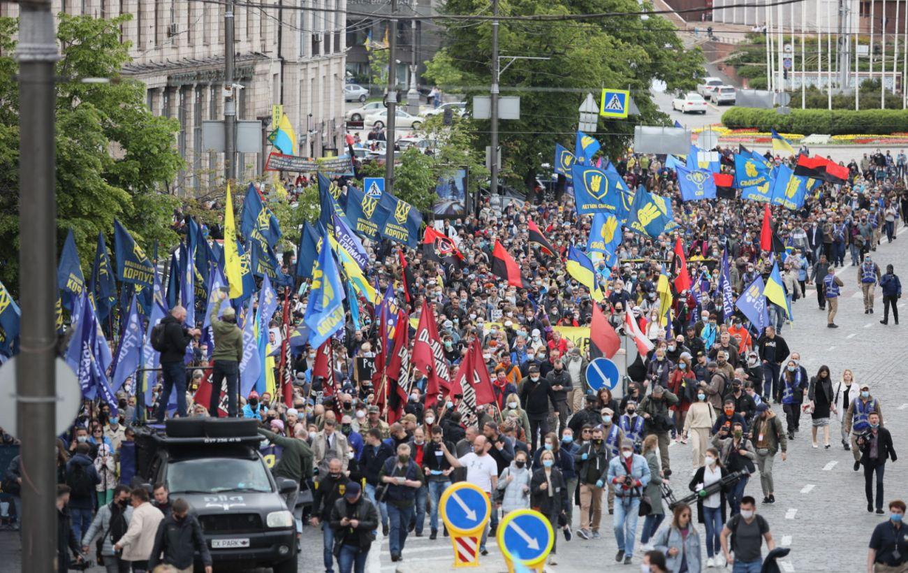 Учасники мітингу на Майдані рушили до офісу Зеленського