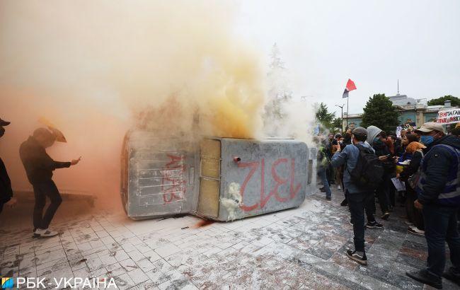 У Києві на акції за відставку Авакова чоловік спробував себе спалити (відео)