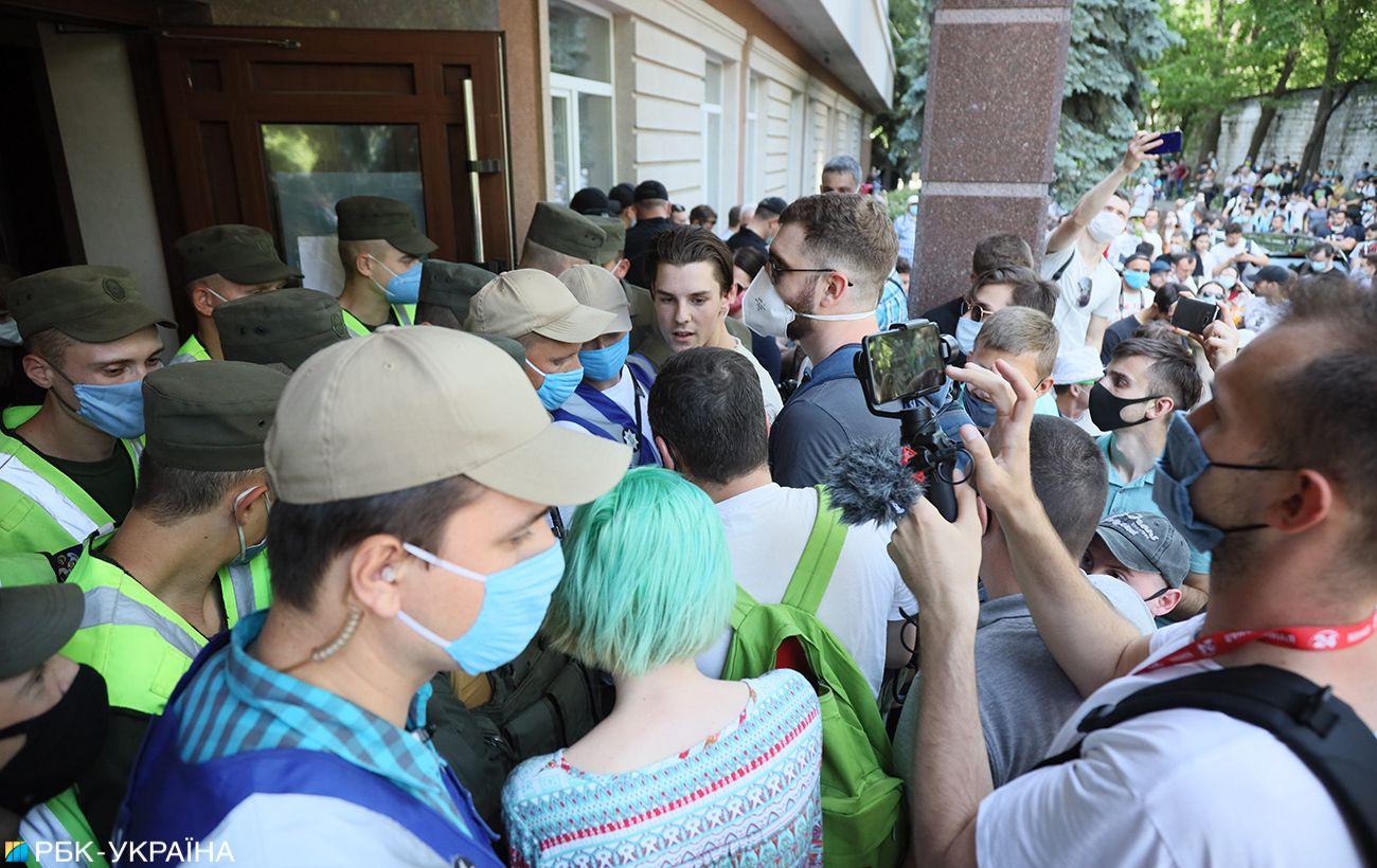 У Києві сталися сутички під судом, де обирають запобіжний захід Стерненку