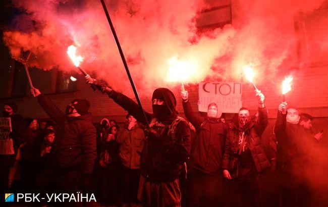В Киеве проходит протест под Офисом президента: демонстранты жгут файеры