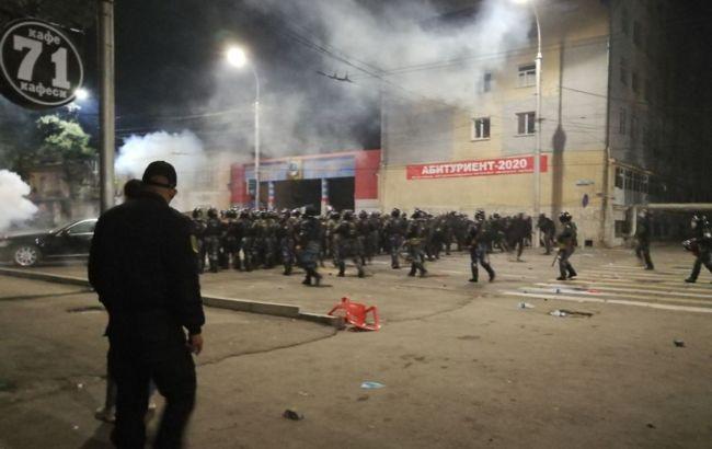 После разгона протестов в Бишкеке есть раненые с обеих сторон