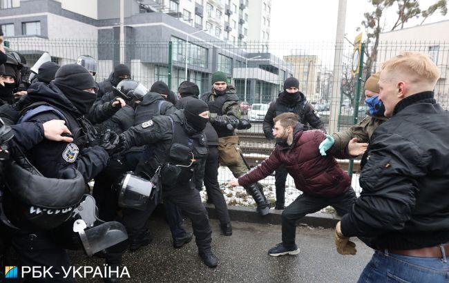 """Сутички під телеканалом """"НАШ"""": чотирьох учасників затримали"""