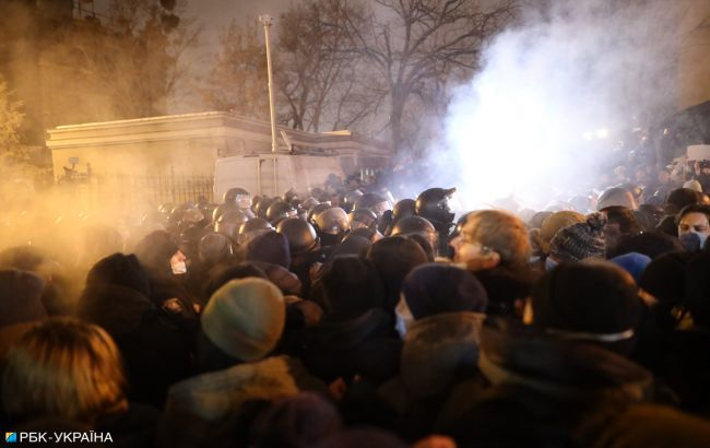 Стычки под Офисом президента: задержали 17 человек, открыто уголовное дело