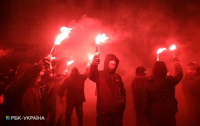 Под ОП беспорядки в поддержку Стерненко, жгут файеры
