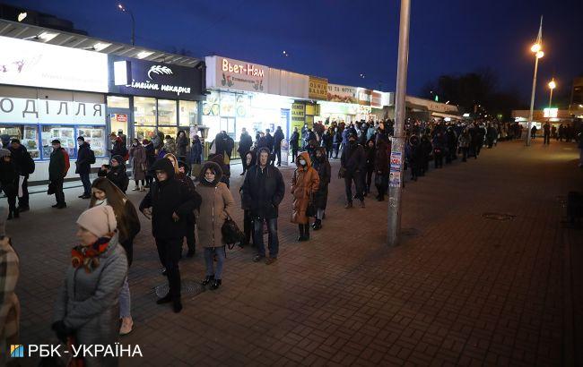 Транспортний колапс у Києві: через обмеження на зупинках знову черги