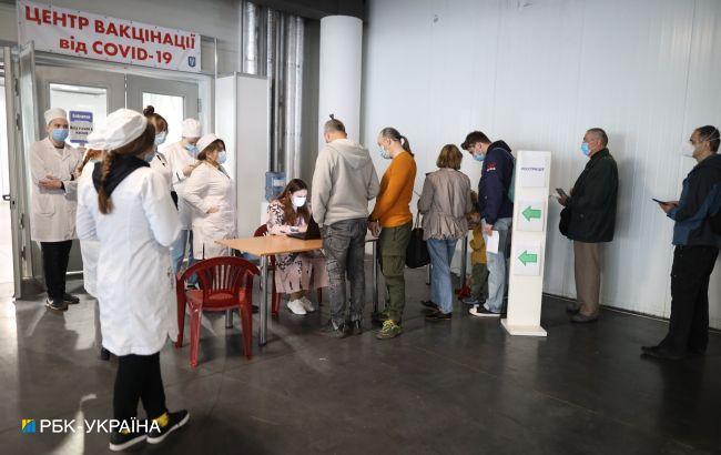В Киеве открылся центр вакцинации в МВЦ: в очереди сотни людей