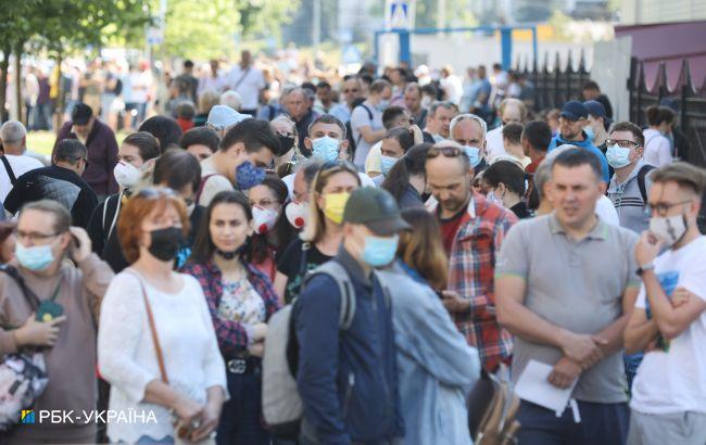 У черзі на вакцинацію в Києві стоять сотні людей: яка ситуаціяв МВЦ