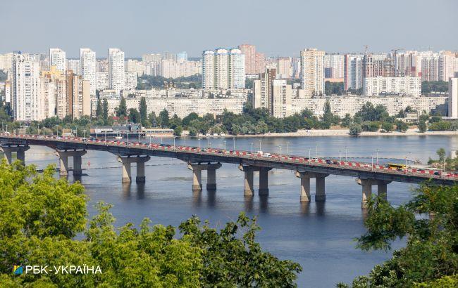 У Києві на мосту Патона прорвало трубу
