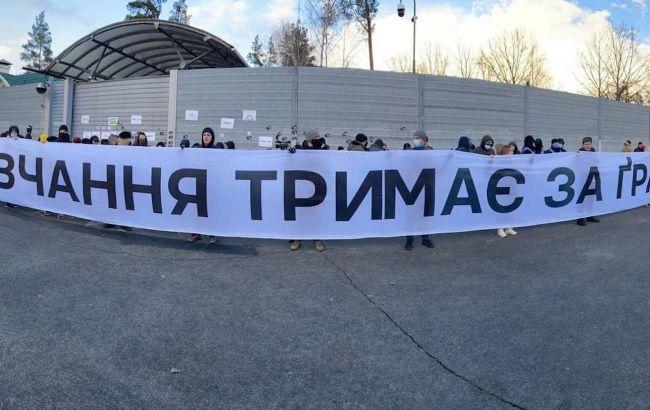 Возле резиденции Зеленского прошла акция в поддержку Стерненко и Антоненко
